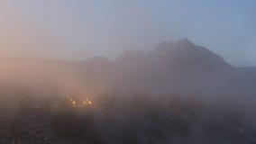 Casa y soporte Morrison cerca del sitio geológico de la cala caliente, lagos gigantescos en una mañana de niebla del invierno Fotografía de archivo