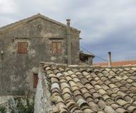 Casa y tejado de piedra tradicionales viejos en el pueblo Krini, Corfú, Grecia, apariencia vintage imagen de archivo libre de regalías