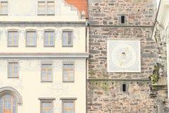 Casa y torre del renacimiento con los relojes Imágenes de archivo libres de regalías