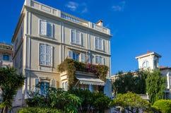 Casa y torre en las calles de Mónaco Fotos de archivo