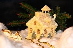 Casa y trineo de la Navidad foto de archivo