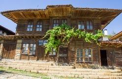 Casa y uvas en pueblo balcánico Imágenes de archivo libres de regalías