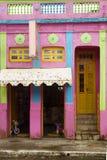 Casa y ventanas coloridas imagen de archivo