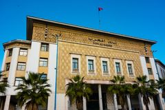 Casablanca, Maroc - 11 janvier 2018 : vue du bâtiment d'Al-Maghrib de banque dans les rues de Casablanca Images stock