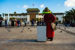 Casablanca Marocko - 14 Januari 2018: moroccan vattensäljare i traditionell klänning Arkivbilder