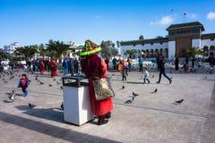 Casablanca, Marokko - 14. Januar 2018: marokkanischer Wasserverkäufer im Trachtenkleid Stockfotografie
