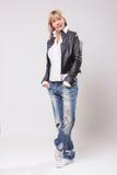 Casaco de cabedal maduro das calças de brim da roupa ocasional da mulher 40s Imagem de Stock