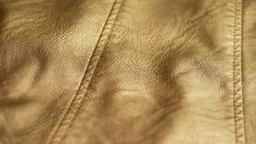 Casaco de cabedal sintético amarelo dourado video estoque