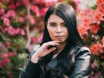 Casaco de cabedal vestindo caucasiano atrativo novo da menina ou da mulher, Imagem de Stock Royalty Free
