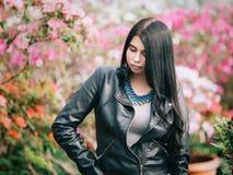 Casaco de cabedal vestindo caucasiano atrativo novo da menina ou da mulher Imagem de Stock