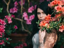 Casaco de cabedal vestindo caucasiano atrativo novo da menina ou da mulher Foto de Stock Royalty Free