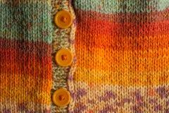 Casaco de lã feito malha colorido com botões Fotografia de Stock