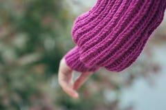 Casaco de lã violeta da malha, detalhes Foto de Stock Royalty Free