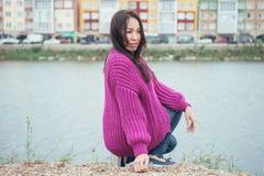 Casaco de lã violeta da malha na menina com cabelo longo Imagens de Stock Royalty Free