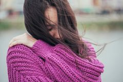 Casaco de lã violeta da malha na menina com cabelo longo Fotos de Stock