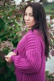 Casaco de lã violeta da malha na menina com cabelo longo Fotografia de Stock Royalty Free