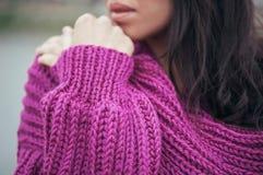 Casaco de lã violeta da malha na menina com cabelo longo, detalhes Fotos de Stock