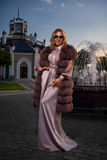 Casaco de pele do ` s da senhora cor-de-rosa Fotos de Stock Royalty Free