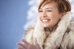 Casaco de pele vestindo da jovem mulher feliz Imagens de Stock