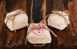 Casado van drie Braziliaanse huwelijkssnoepjes bem op houten lijst Stock Foto's