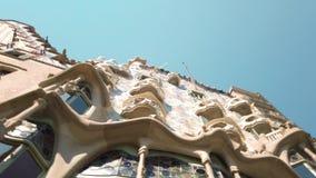 Casaen Batllo är en berömd byggnad som lokaliseras i mitten av Barcelona och, är ett av Antoni Gaudi mästerverk arkivfilmer