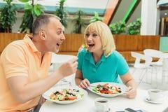 Casal alegre que come o alimento saudável fotos de stock royalty free