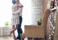 Casal alegre que está perto da janela Fotos de Stock Royalty Free