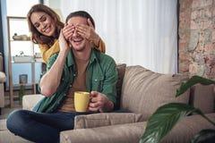 Casal alegre que tem o divertimento em casa fotografia de stock royalty free