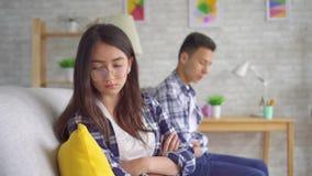 Casal asiático novo em uma discussão filme