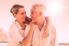 Casal atrativo que abraça na praia ilustração stock