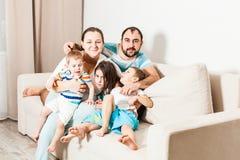 Casal com crianças em casa imagem de stock