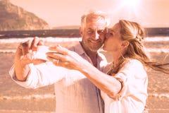 Casal na praia que toma junto um selfie ilustração stock