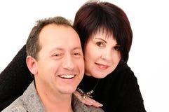 Casal novo com a esposa que inclina-se no marido Fotos de Stock
