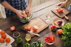 Casal que cozinha junto o jantar na cozinha home Imagem de Stock Royalty Free