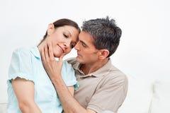 Casal que snuggling em casa Fotografia de Stock