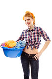 Casalinga allegra che tiene il canestro di lavanderia Fotografia Stock