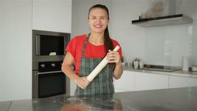 Casalinga caucasica sorridente In Striped Apron dei giovani Maglietta rossa isolata sul fondo della cucina Bello ritratto di archivi video