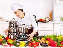 Casalinga che cucina alla cucina. Immagini Stock