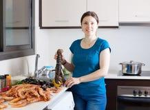 Casalinga che cucina le specialità dei frutti di mare fotografia stock
