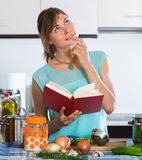 Casalinga che cucina le verdure Fotografia Stock