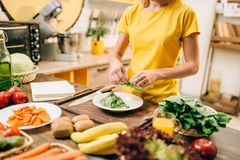 Casalinga che cucina sulla cucina, bio- alimento fotografie stock libere da diritti