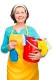 Casalinga che posa con i prodotti per la pulizia e un secchio Fotografia Stock