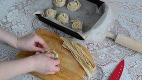 Casalinga che prepara panino della pasta sfoglia stock footage