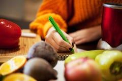 Casalinga che redige lista al supermercato fotografia stock