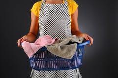 Casalinga con il cestino di lavanderia Fotografie Stock Libere da Diritti