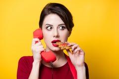 Casalinga con il microtelefono ed il pan di zenzero rossi fotografia stock libera da diritti