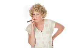Casalinga con il sigaro immagine stock