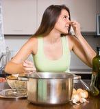 Casalinga con la cattiva pentola odorante Fotografia Stock Libera da Diritti