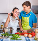 Casalinga d'aiuto del marito per utilizzare lavatrice all'interno Fotografie Stock Libere da Diritti