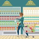 Casalinga della giovane donna in un supermercato con un carrello pieno royalty illustrazione gratis